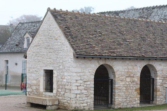 """Farges les Chalon, Франция: La maison du cochon ou  le tec à porcs. C'est un  tout petit immeuble qui pouvait accueillir """"le"""" cochon que chaque paysan élevait, pour subvenir à ses besoins en charcuterie, annuellement. Aujourd'hui, personne n'a le droit d'élever son cochon dans sa maison !"""