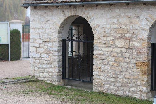 """Farges les Chalon, France: La maison du cochon ou  le tec à porcs. C'est un  tout petit immeuble qui pouvait accueillir """"le"""" cochon que chaque paysan élevait, pour subvenir à ses besoins en charcuterie, annuellement. Aujourd'hui, personne n'a le droit d'élever son cochon dans sa maison !"""
