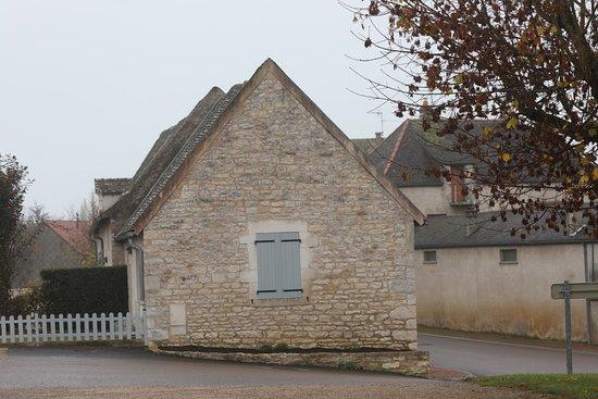 Farges les Chalon, Франция: L'ancienne cure de l'église.