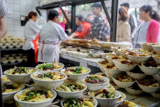 Чэнду, Китай: Chengdu noodles doused in chili oil