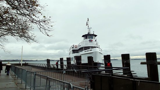 Ellis Island Immigration Museum: Tour boat bringing tourists
