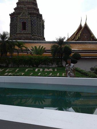 Welcome to Wat Pho dengan kolam hias menyambut para pengunjung