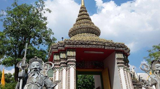 Gerbang masuk ke kompleks Wat Pho dijaga dua patung dewa