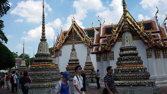 Pelataran Wat Pho dihiasi bangunan & stupa kuil-kuil kecil dengan ukiran ornamen yang artistik