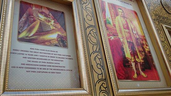 Ada bingkai foto Raja Rama-III yang telah me-restorasi Wat Pho