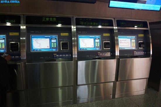 Subway Kunming: 매표기들. 터치스크린이다.