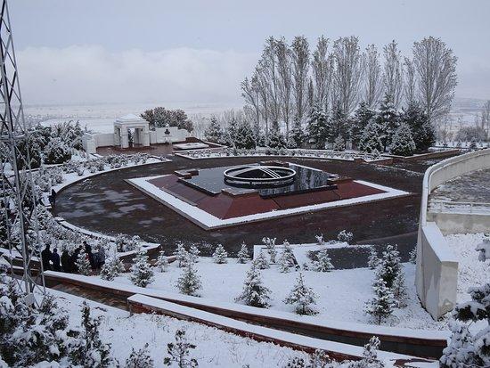 Таш-Дёбё, Киргизия: Ata Beyit Memorial to the 137 intelligentsia massacred during a Stalinist purge in 1938.