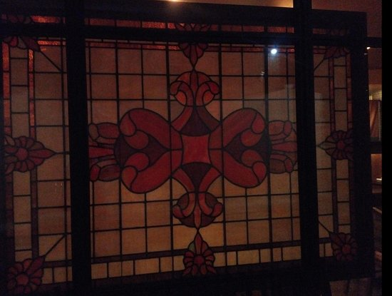 PAON Restaurant & Wine Bar: Stained glass in hallway