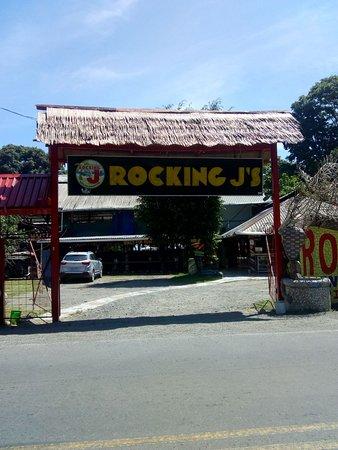Porton Principal de entrada de Rocking J´S hostal