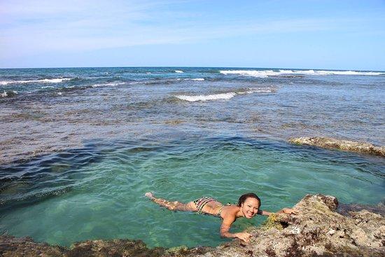 Piscina natural en el arecife de la playa de Rocking J´S hostal de puerto Viejo de LImón Costa Rica