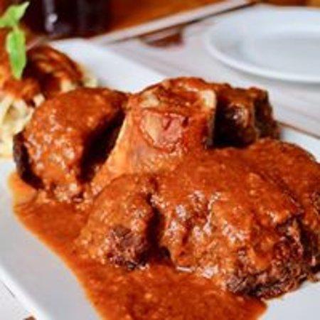 Ossobuco, delicioso con una salsa especial con champiñones.