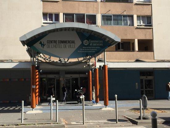 Centre Commercial de l'Hôtel-de-Ville : entrée secondaire rue de la Commune de Paris