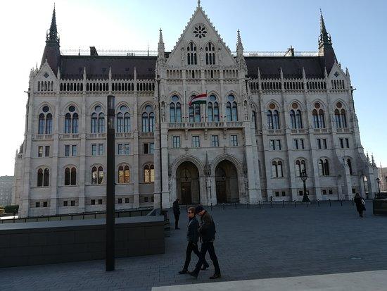 Здание венгерского парламента (Орсагаз): Fachada lateral