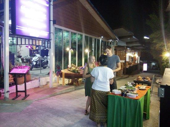ร้านอาหารบานบุรี เรสเตอร์รอง ร้านอาหารไทยโบราณ ผสมผสานกับบรรยากาศไทยย้อนยุค อิ่มเอมกับอาหารไทยหลากหลายชนิด อาหารทะเลสดใหม่ พร้อมบริการขนมไทยโบราณ ขับกล่อมด้วยดนตรีไทย กับการบริการแบบดุจญาติมิตร ราคาเบาๆสบายๆ พิเศษสุดช่วงเทศกาลมีโปรโมชั่นพิเศษคอยต้อนรับแขกผู้ที่มาเยื่อน คิดถึงอาหารไทย คิดถึงร้านอาหารบานบุรี ตรงข้ามร้านแฟรมมิลี่มาร์ท ยินดีต้อนรับ แขกผู้มีเกียรติทุกท่านดุจญาติมิตร