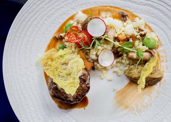 Polędwica wołowa z ragoût z kluseczek zacierkowych i leśnych grzybów, konfiturą z szalotek i sosem z czarnego bzu