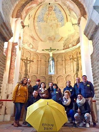 En tu visita a Toledo no te pierdas la Mezquita del Cristo de la Luz. Construida en el 999, es uno de los monumentos más importantes de la arquitectura hispano-musulmana y mudéjar en España y la más importante muestra de arte islámico de Toledo. Los nueve espacios en que se divide su interior, cubiertos de bóvedas nervadas, reflejan el momento de esplendor califal en que se construyó.