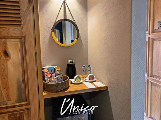 Unico Avandaro Hotel Boutique: Servi-Bar y Cortesías del hotel; agua y café.