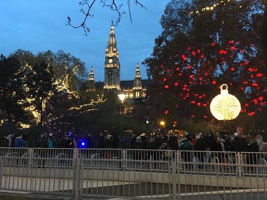 Vídeň, Rakousko: Po setmění jsou předadventní trhy ve Vídni zase o kousek hezčí. Pohled na vyzdobenou radnici.