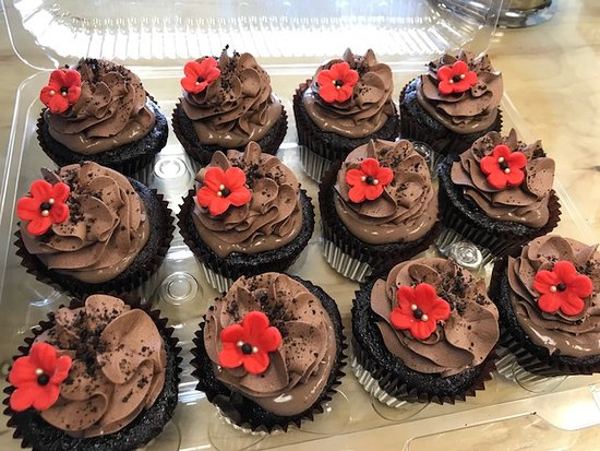 Flavor Cupcakery: red flower wizard of oz cupcakes