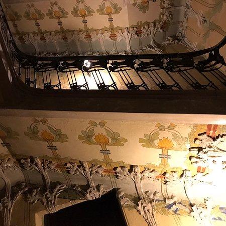 Bello lugar construido en 1903; el conserje muy amable deja pasar para contemplar el hall y las escaleras conservadas de esa época.