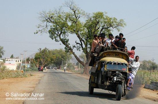 India: Motocarros sobrecargados de pasajeros en las carreteras de Rajasthan