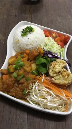 Food try-out impressions; potato tofu curry salad with egg roll and vegetables. Made by Ganita