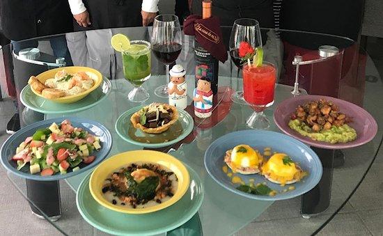 La Casa De Mi Tia: Podrás elegir desde la tradicional comida yucateca, hasta nuestras especialidades de Cortes, pastas, el delicioso pulpo frito, los huevos benedictinos, acompañado de una copa de vino, una gran variedad de licores y bebidas