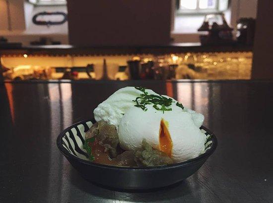 ovo marafado com estupeta de atum (poached egg over salted tuna)