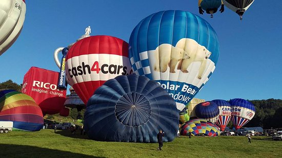 Emersons Green, UK: Preparing for take off at the Bristol Balloon Fiesta