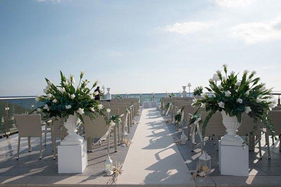 la terrazza per la cerimonia quasi pronta!
