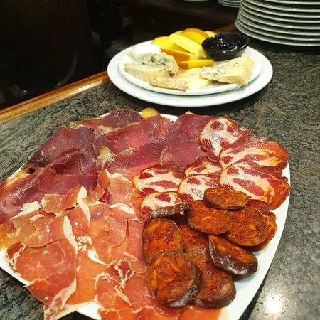 Tabla de embutidos de León y quesos asturianos