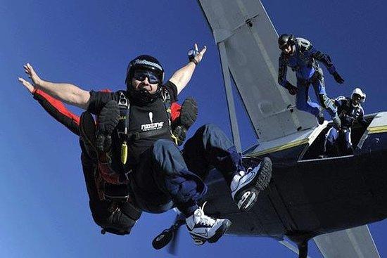 Salto livre duplo de paraquedas em...