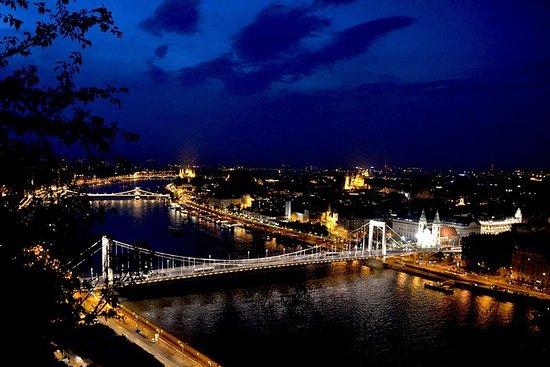 夜直升機飛行在布達佩斯