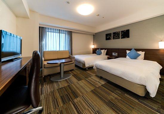 グランドデラックスツインルーム。 当館で一番広いお部屋タイプ 30.9平米。 ベッド幅も広く122cm。 事前にご要望いただければソファーベッドを用意して 3名様1室でもお泊りいただけます。