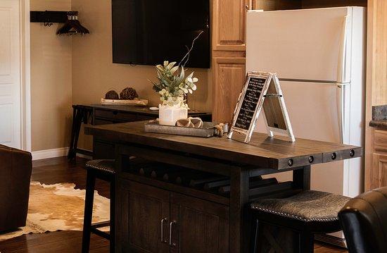 Chino Valley, Аризона: Casita Suite view of the kitchen island