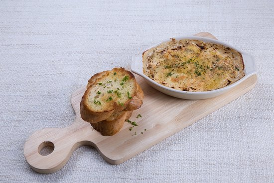 Soi Dao Restaurant: Seafood cream gratin topped with cheddar and mozzarella cheese served with toasted