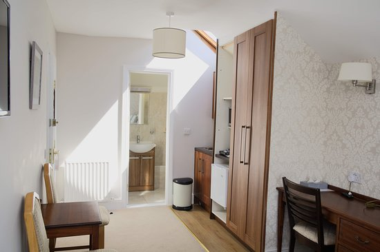 This studio has a double bed, an en-suite bathroom and tea/coffee making facilities.
