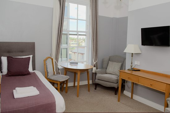 Latchfords Townhouse: Triple apartment has a bedroom with Twin beds and an extra bed in the living room,kitchen,bathro