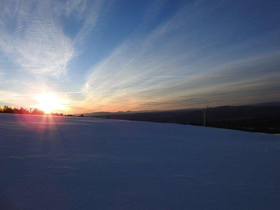Beaumont-du-Ventoux, Γαλλία: Tete de la  Grave  1627m alt   Lever du soleil  7h07'  ( Mars ) Azimut  ESE  GR4  Chemin des  Crêtes Balisé  piquets Orientation rouge  bleu