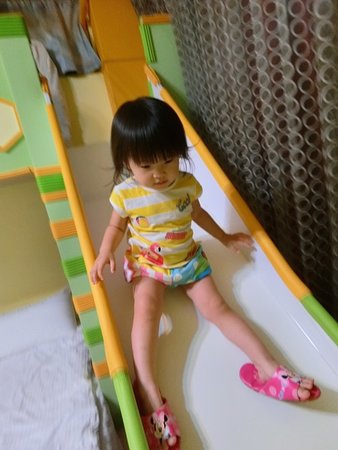 Moonlight Fengqing Homestay: 好愛溜滑梯的女兒