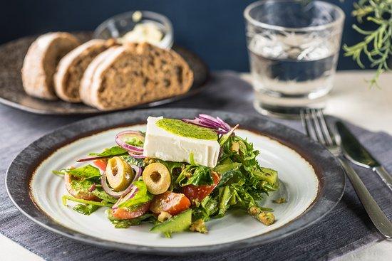 Maitsete Tänav: KREEKA SALAT Salati mix, feta juust, punane paprika, kirss tomatid, punane sibul, oliivid, pesto, kreeka pähklid