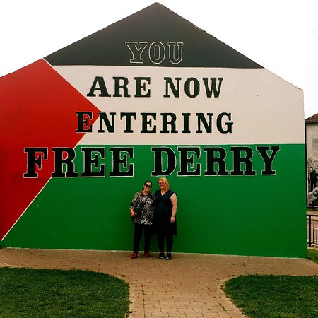 Дерри, UK: Bogside murals and Bloody Sunday private walking tour.