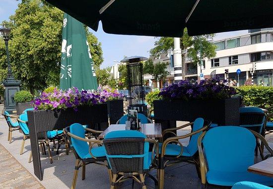 Het gezellige terras van restaurant Zes.