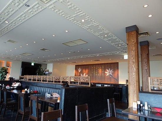 Chinese Dining Karin: 窓側席から中央席を望む