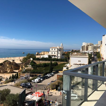 Hotel da Rocha: The perfectly made bed and awesome view upon arriving to 'home' for a week.
