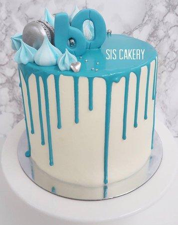 Sis Cakery: Blauwe dripcake voor een 60 jarige verjaardag.  Smaken, kleuren en tekst kunnen naar wens aangepast worden.