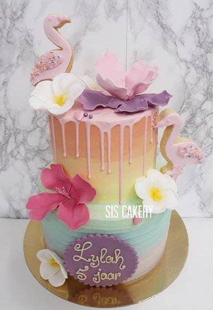 Sis Cakery: Tropische flamingo cake met flamingo koekjes en suikerbloemen.  Smaken, kleuren en tekst kunnen naar wens aangepast worden.