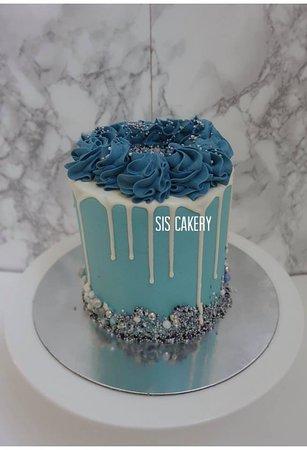 Sis Cakery: Blauwe drip cake  Smaken, kleuren en tekst kunnen naar wens aangepast worden.