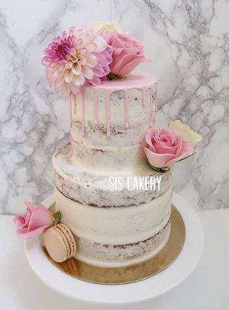 Twee laags semi naked cake met verse bloemen  Smaken, kleuren en tekst kunnen naar wens aangepast worden.