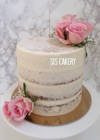 Semi naked cake met verse rozen  Smaken, kleuren en tekst kunnen naar wens aangepast worden.